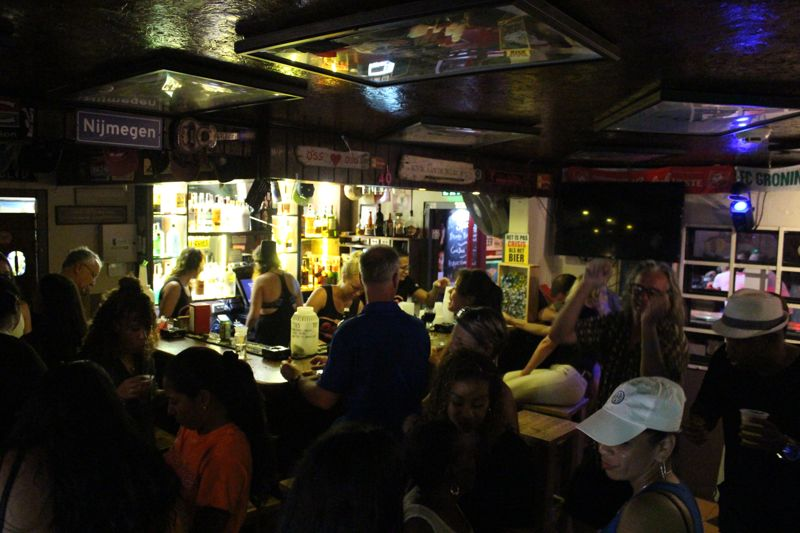 karaoke-party-bus-aruba-cafe-080-dutch-bar-visitaruba