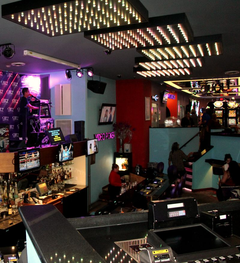 liquid-lounge-at-glitz-casino-aruba-with-karaoke-party-bus-visitaruba