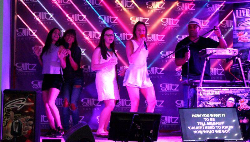 liquid-lounge-glitz-casino-aruba-karaoke-party-bus-visitaruba-megan