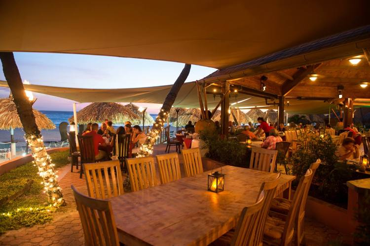 matthews-beachside-restaurant-and-bar-happy-hour-aruba-visitaruba-blog