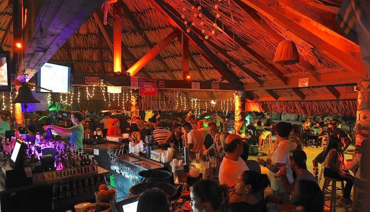 moomba-beach-bar-aruba-happy-hour-deals-visitaruba-blog