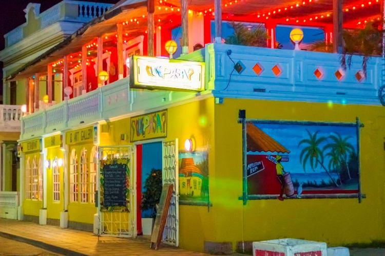 que-pasa-art-gallery-bar-and-restaurant-happy-hour-in-aruba-blog-visitaruba