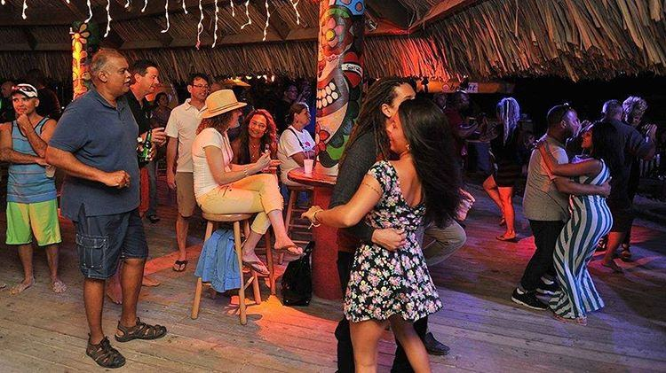 photo-by-moomba-beach-bar-sundays-inaruba-live-music-dancing-and-drinks