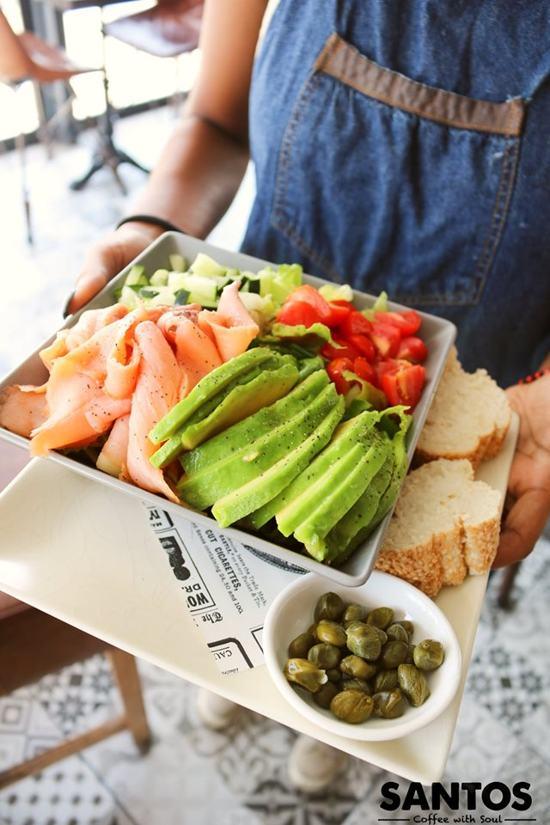 santos-avocado-smoked-salmon-salad-with-capers-aruba