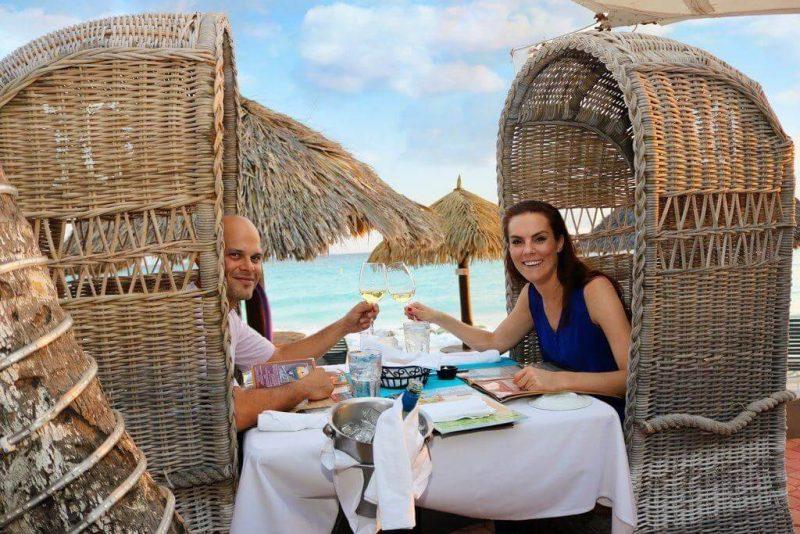 beachside-deining-in-aruba-with-bottle-of-wine-for-couples-at-matthews-restaurant