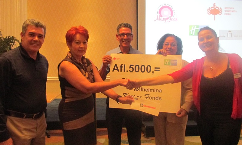 Aruba Holiday Inn employees donate to the Koningin Wilhelmina Kanker Fonds