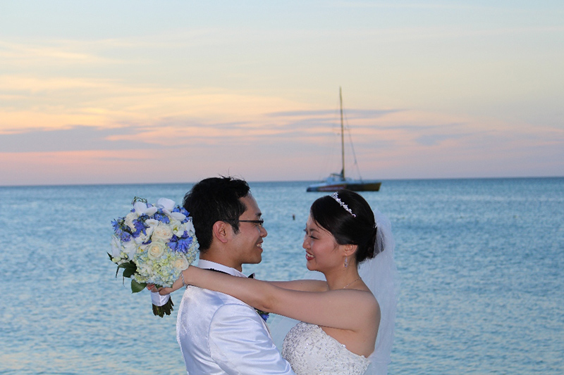 Hong Kong couple exchange vows in front of family and friends on the beautiful beach of the Radisson Aruba Resort